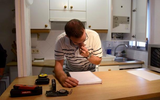 Técnico elaborando un certificado energético.